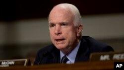 El senador John McCain preside la Comisión de Servicios Armados del Senado de EE.UU.