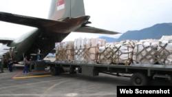 新加坡空軍C-130運輸機載運救援物資降落台灣花蓮機場(台灣軍事新聞通訊社網頁截圖)