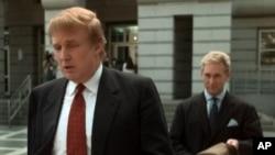 25 Ekim 1999 - Newark, New Jersey ABD, Donald Trump (önde), Roger Stone (arkada)