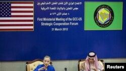 Menlu AS, Hillary Clinton (kiri) bersama Menlu Arab Saudi Saud al-Faisal menggelar jumpa pers seusai pertemuan dengan Dewan Kerjasama Teluk (GCC) di Riyadh (31/3).