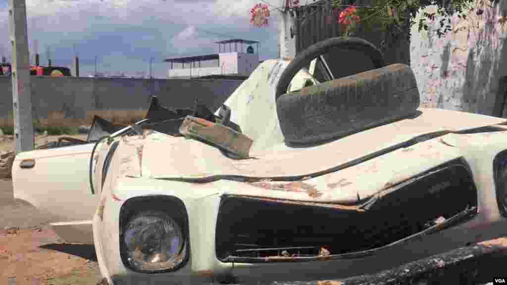 Un auto abandonado en la vía.