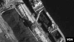 지난해 9월 북한 선박 '을지봉' 호가 러시아 홀름스크 항에 북한산 석탄을 하역하는 장면. 석탄은 다시 '리치 글로리' 호와 '스카이 엔젤' 호에 실려 한국 인천과 포항으로 운송됐다. 유엔 안보리 대북제재위원회 산하 전문가패널이 올 3월 공개한 연례보고서에 실린 사진이다.