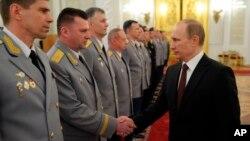 Путін у Кремлі з військовими офіцерами
