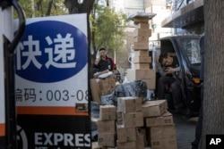资料照:北京街头快递小哥在分发运送包裹(2019年11月11日)