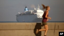 Un crucero de pasajeros llega al Malecón de La Habana.