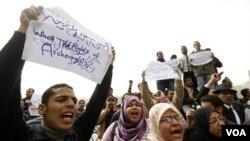 Arqueólogos desempleados protestan frente al museo en El Cairo, reclamando por oportunidades de trabajo..