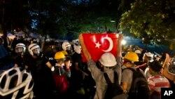 15 터키 이스탄불에서 반정부 시위대와 경찰들이 대치하고 있다.