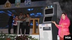 Peluncuran ATM Samsat Jawa Timur, Selasa, 8 Juli 2014 untuk melayani berbagai pembayaran pajak dan layanan kendaraan bermotor (Foto: VOA/Petrus)
