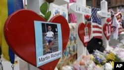 Foto Martin Richard, anak laki-laki betusia 8 tahun korban tewas pemboman marathon Boston, dipasang di dekat garis finish marathon Boston (18/4).