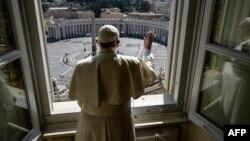 Paus Fransiskus memberkati Lapangan Santo Petrus yang sepi di Vatikan setelah menyampaikan ibadah secara online, 15 Maret 2020. (Foto: Vatican Media/AFP)