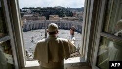 Papa Fransisiko atanga umugisha areba urubuga rwa Mutagatifu petero rutarimo abantu kubera virusi ya corona.