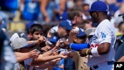 6일 미국 프로야구 로스앤젤레스 다저스와 샌디에이고 파드레스의 2015 정규시즌 개막전 시작에 앞서 다저스 외야수 야시엘 푸이그 선수가 팬들에게 사인을 해주고 있다.