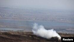 شام اور اسرائیل کی سرحد پر تعینات ایک اسرائیلی ٹینک (فائل)