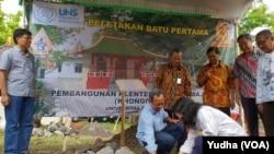 Peletakan batu pertama pembangunan Klenteng di Kampus UNS, Solo. (Foto: VOA/Yudha)