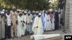 L'enterrement d'un des agriculteurs tués par les militants de Boko Haram à Kalle, un village reculé situé à 17 km de la capitale Maiduguri, le 20 octobre 2018.