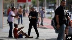 Cảnh sát bắt một tên cướp bị bắn vào chân trên đường phố Vitoria, Brazil, ngày 06 tháng 02.