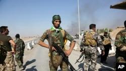 伊拉克安全部队和人民动员组织在巴格达以北210公里的图兹胡尔马图镇巡逻。库尔德安全部队10月16日疏散了这座城镇的人口。