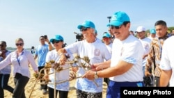 Direktur Pelaksana IMF Christine Lagarde dan Menko Kemaritiman Luhut Binsar Panjaitan ikut menanam kembali terumbu karang di proyek percontohan di Nusa Dua, Bali, Minggu (7/10).