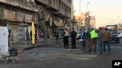 15일 이라크 바그다드 경찰이 자살폭탄 공격 현장을 조사하고 있다.