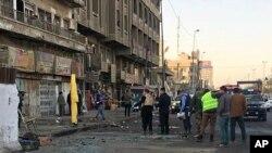 Pasukan keamanan Irak berkumpul di lokasi pemboman bunuh diri ganda di Baghdad, Irak, Senin 15 Januari 2018.