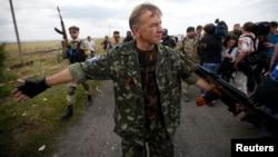 7月22日一名亲俄分离武装人员在马航坠机现场维持秩序