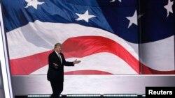 Kandidat presiden dari Partai Republik, Donald Trump, naik ke panggung menjelang akhir hari ketiga Konvensi Nasional Partai Republik (20/7). Cleveland, Ohio (foto: REUTERS/Mike Segar)