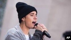 Justin Bieber biểu diễn tại Rockefeller Plaza ở New York trong 1 chương trình của đài truyền hình NBC hôm 18/11.