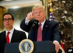 도널드 트럼프(오른쪽) 대통령이 15일 뉴욕 트럼프타워 회견에서 기자들과 일문일답을 진행하고 있다.