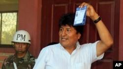 En esta fotografía publicada por la Agencia Boliviana de Información, de propiedad estatal, el presidente Evo Morales muestra su boleta antes de votar en Villa 14 de Septiembre, Bolivia, el domingo 27 de enero de 2019.