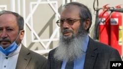 باوکی تۆمەتبارەکە لە بەردەم دادگای باڵا لە ئیسلام ئاباد لە کاتی چاوەڕێکردنی بڕیاری دادگاکە، پـێنجشەممە 28 ی مانگی یەکی 2021