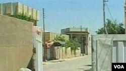 Seorang tentara mengintai target di sebuah jalanan lengang di sebuah lokasi yang tidak diketahui di Irak pada hari Selasa.