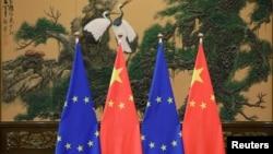 北京人大會堂內樹立的歐盟與中國旗幟。