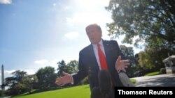 El presidente Donald Trump conversa con los periodistas minutos antes de partir de la Casa Blanca rumbo a Minesotta, para la celebración de un acto de campaña, el 30 de septiembre de 2020.