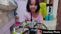 Seorang anak, Bella (8 tahun) di Jakarta Barat, berkreasi dengan mainan LEGO. (Foto: PHI via Ellen)