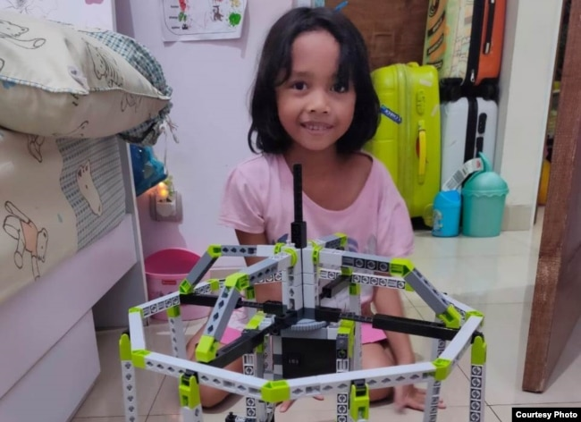 Bella (8) di Jakarta Barat, berkreasi dengan mainan lego. (Foto: PHI via Ellen)