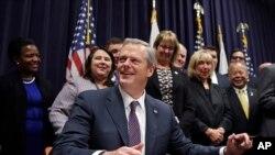 El gobernador Charlie Baker propuso retener más tiempo a ciertos inmigrantes que enfrentan deportación para que sean entregados a autoridades federales de inmigración.