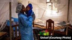Une infirmière s'occupe d'un bébé au centre de traitement Ebola, à Butembo en RDC, le 13 août 2019. (Unicef)