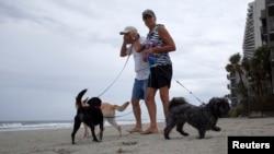 Des visiteurs sur une plage de Caroline du Sud à l'approche d'Arthur (Photo Reuters)