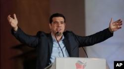 ທ່ານ Alexis Tsipras, ຜູ້ນຳພັກຝ່າຍຄ້ານ Syriza ກ່າວຕໍ່ ບັນດາຜູ້ສະໜັບສະໜຸນທ່ານ ນອກສຳນັກງານໃຫຍ່ຂອງມະ ຫາວິທະຍາໄລ Athens ໃນແລງວັນອາທິດ ວັນທີ 25, ມັງກອນ 2015.