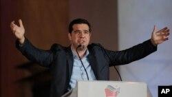 Alexis Tsipras, pemimpin partai sayap kiri Syriza di Yunani, berpidato pada para pendukungnya di luar Athens University, Minggu (25/1). (AP/Lefteris Pitarakis)
