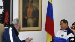 Cựu Chủ tịch Cuba Fidel Castro (trái) thăm Tổng thống Venezuela Hugo Chavez đang chữa bệnh ở Havana, ngày 2 tháng 3, 2012