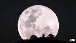 """La luna sobre el monte Kadam, en Nakapiripirit, Uganda, 31-1-18, durante el fenómeno conocido como """"super luna roja""""."""