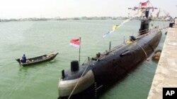 Một tàu ngầm của Trung Quốc đậu ở căn cứ hải quân ở Thanh Đảo, Trung Quốc