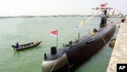 在中國青島軍港停泊的中國海軍潛水艇(資料照片)