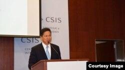 លោកទេសរដ្ឋមន្ត្រី ស៊ុន ចាន់ថុន និងជារដ្ឋមន្ត្រីក្រសួងពាណិជ្ជកម្មកម្ពុជាថ្លែងអំពី«កំណែទម្រង់សេដ្ឋកិច្ចនៅកម្ពុជា»នៅឯមជ្ឈមណ្ឌលសិក្សាអំពីយុទ្ធសាស្ត្រនិងកិច្ចការអន្តរជាតិ Center for Strategic and International Studies (CSIS) ក្នុងរដ្ឋធានីវ៉ាស៊ីនតោន កាលពីថ្ងៃច័ន្ទទី២៣ ខែមិថុនា ឆ្នាំ២០១៤។ (រូបផ្តល់ឲ្យដោយក្រសួងពាណិជ្ជកម្ម)