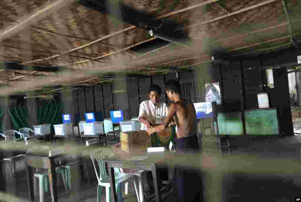 Nhân viên tổ chức bầu cử sắp xếp tại một điểm bỏ phiếu ở Rangoon, 30 tháng 3, 2012. (Reuters)