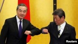 中国外长王毅在东京与日本外相茂木敏充举行会晤。(2020年11月24日)