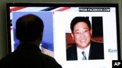 한국 서울에서 한 시민이 북한에 억류된 미국인 케네스 배 관련 보도를 지켜보고 있다.