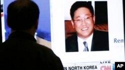 2일 한국 서울에서 케네스 배 씨 관련 외신 뉴스를 보고 있는 서울 시민.