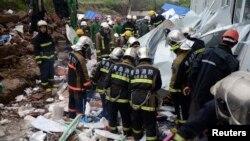 کارکن امدادی کارروائیوں میں مصروف ہیں